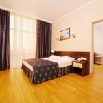 бронировать комнату недорого отель в центре Витязево Эмеральд с бассейном у моря