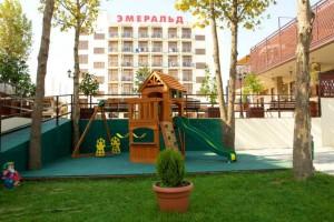 отдохнуть с детьми на юге отель в центре Витязево Эмеральд с бассейном у моря