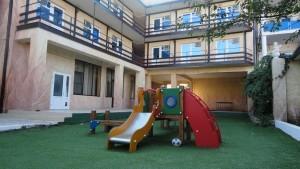отдохнуть семьей частная гостиница Скала в центре Джемете у моря