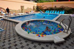 отель в Витязево с бассейном Исидор в центре у моря